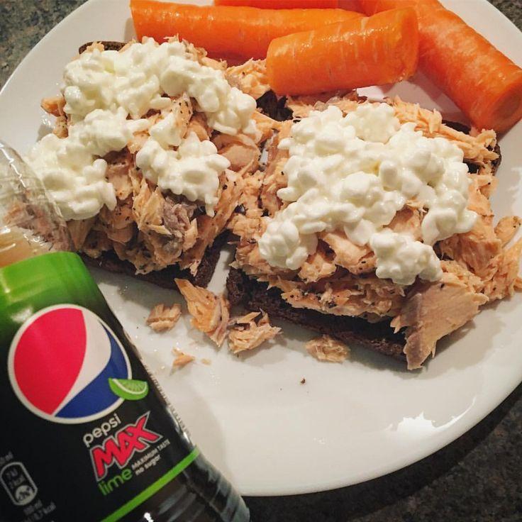 Efter arbejde var det lige sagen med sådan to ristede rugbrød med grillet laks og så den nye Pepsi Max med lime... den er bare god! 😋👌🏻😍#lax#fredag#weekend#rågbröd#ryebread#salmon#macka#pepsimax#toast#morötter#gulerødder#fitfamdk hytteost keso varmrökt varmrøget kallrökt