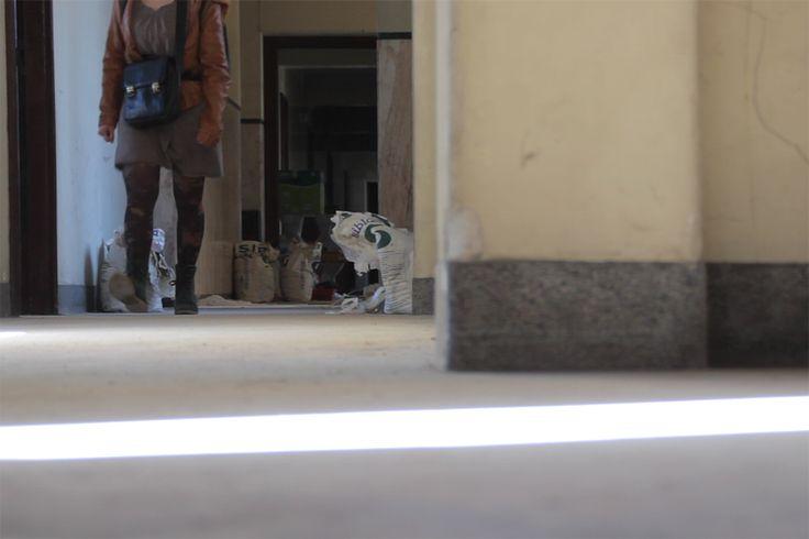 Há vidros sujos e janelas que respiram. Há escadas em caracol e pessoas atarefadas que rompem com a monotonia do espaço — da cidade. Em pleno Porto, na zona dos Aliados, restaura-se ...