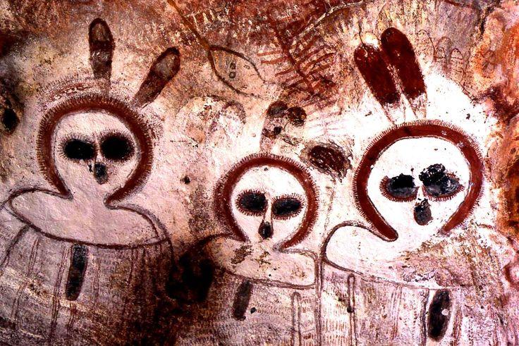 Los Wandjina, con sus grandes ojos, piel clara, y sin bocas, tienen un parecido sorprendente con los alienígenas grises que son descritos por los reportes de víctimas de abducciones extraterrestres. Los teóricos de los Antiguos Astronautas creen que los Wandjina podrían haber sido extraterrestres, y que durante un tiempo, podrían haber vivido entre los aborígenes de Australia, para luego marcharse.