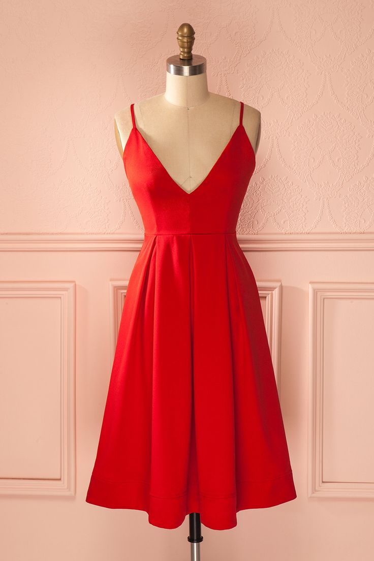 Le coeur qui bat sous cette robe déborde d'un amour pétillant. The heart that beats beneath this dress is filled with a sparkling love. Red low-cut midi dress www.1861.ca