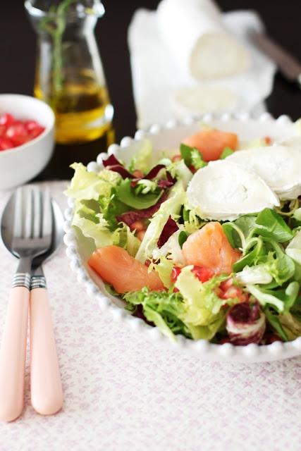 Season salad with pomegranate, salmon and goat cheese / Ensalada de temporada con granada, salmón y queso de cabra