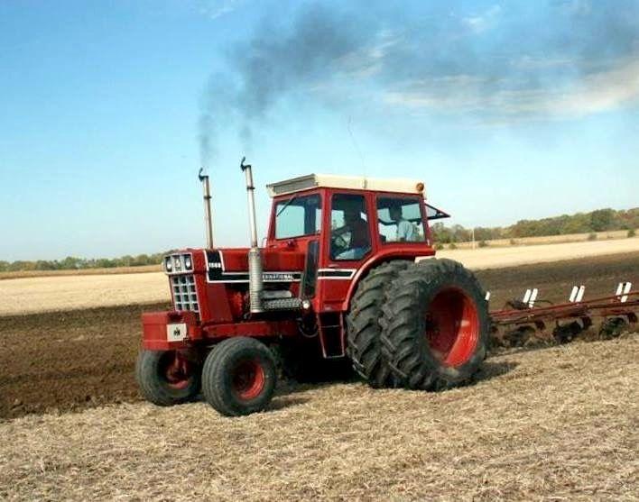 1976 IH 1568 V-8 Black Stripe plowing