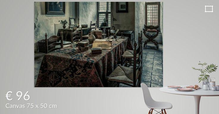 Het interieur in een kamer in kasteel Doorwerth, (Gelderland, Nederland). Vandaag de dag kunnen bezoekers zien hoe het leven op een kasteel in de middeleeuwen was. Op deze foto een deel van een slaapkamer, waar een tafel staat met boeken en schrijfgerei.