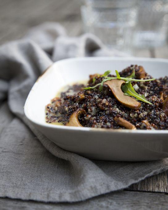 Kantterelli-kvinoarisotto eli kanttarellikvinoatto on syksyinen herkku. Myönnän. Omastakin mielestäni se aivan paras risotto tehdään aidosta, italialaisesta, valkoisesta riisistä. Ei tummasta, italialaisesta risottoriisistä, ei spelttihelmistä eikä kvinoasta.