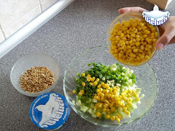 4) Szczypiorek i czosnek dorzucamy do pokrojonego wcześniej ogórka, a zaraz po nich w miseczce ląduje także kukurydza