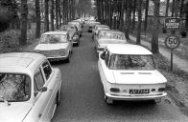 File op de weg door Lage Vuursche die langs het paleis van Beatrix loopt. 9-4-19…