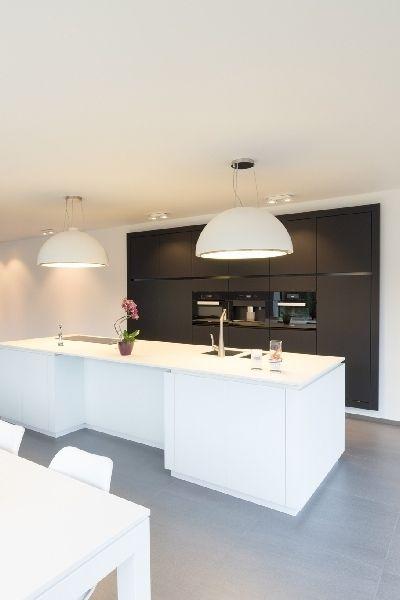 Twee generaties onder één energieneutraal dak • Architect: www.nano-architecten.be (moderne keuken • wit keukeneiland • donkere wand • tegelvloer)