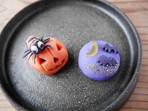 2017/10/29 ハロウィンの練り切りを作りました 可愛らしい練り切りを作りたかったのだけど… 何だか可愛くないものに…  ジャックオランタンの頭に乗っているものは、一応「蜘蛛」️ ハエではありません グロテスクにならないようにと作ったら こんな感じになりました ▫️▫️▫️▫️▫️▫️▫️▫️▫️▫️▫️▫️▫️▫️▫️▫️▫️▫️▫️ #和菓子 #餡 #練り切り #ねりきり #練りきり #上生菓子 #ハロウィン和菓子 #ハロウィン #蜘蛛 #ジャックオランタン#コウモリ#手作り和菓子 #japanesesweets #japaneseconfectionery #wagashi #halloween #halloweensweets #jackolantern #spider #bat