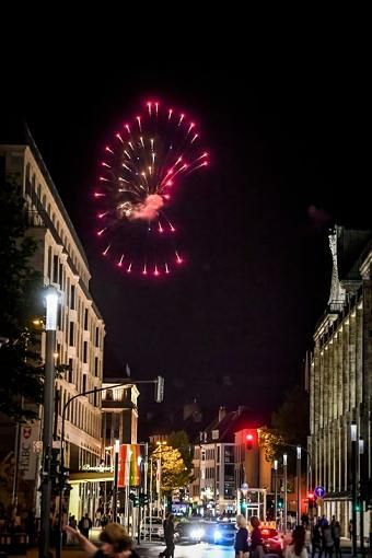 Rot und prachtvoll - die Pyrotechnik für das Feuerwerk wird eigens aus Japan angeliefert und von einem japanischen Pyrotechniker entzündet.Die nachfolgenden Bilder zeigen das Spektakel über der Altstadt aus Richtung Blumenstraße.