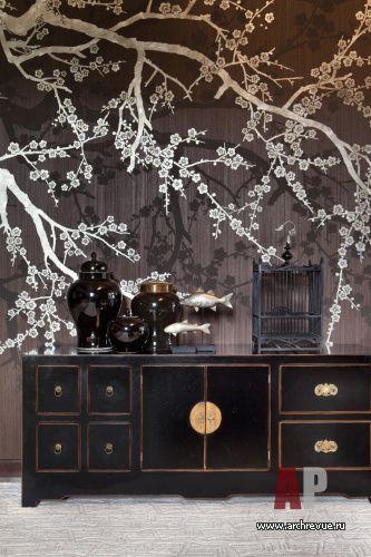 Шале на воде Декоративные элементы выполнены в японском стиле: финишные покраски с изображением веток сакуры, низкие столики, вазы и аксессуары. На общий облик яркого и запоминающегося жилья работают оригинальные светильники, сделанные на заказ.