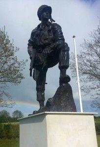 Monument voor de 82ste luchtlandingsdivisie die slag leverde tijdens D-Day bij Sainte Mere Eglise. Normandië, Frankrijk.