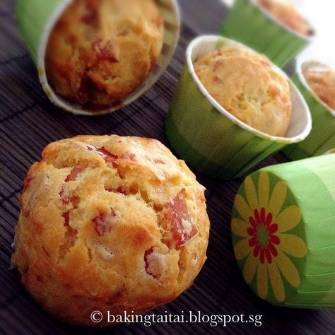 Who says muffin has to be sweet? These Cheesy Ham Onion savoury muffins are damn delicious served straight out of the oven! 吃腻了甜味的马芬,换...
