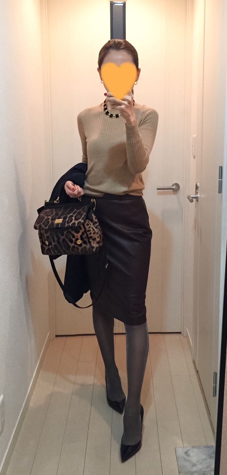 Beige knit: Drawer, Brawn skirt: ZARA, Leopard bag: Dolce&Gabbana, Pumps: Christian Louboutin