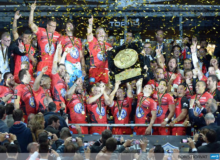 """FRANCE, Saint-Denis : RC Toulon's players lift the Top 14 championship """"Bouclier de Brennus"""" (Brennus shield) trophy after winning the French Top 14 rugby union final between Castres Olympique and RC Toulon, at the Stade de France stadium in Saint-Denis, outside Paris, on May 31, 2014. AFP PHOTO / BORIS HORVAT"""