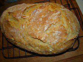 Dagasztás nélküli kenyér - Hozzávalók: 40 dkg liszt, 2,5 dkg élesztő, 1,5 teáskanál só, 300 ml víz, Elkészítés: A vizet egy tálban az élesztővel elkeverjük. Egy tálba tesszük a lisztet, a sót, és hozzá adjuk a vízben elkevert élesztőt. Egy fakanállal jól összekeverjük, majd zacskóval letakarva hagyjuk állni reggelig. Este 7 kor kevertem össze az enyémet, kint hagytam a konyhapulton egész éjszakára. Reggel 8-kor estem neki… Lisztezett deszkára borítjuk, meghintjük a tetejét liszttel.
