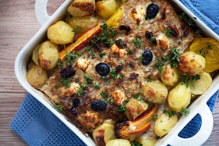 Græsk farsbrød med skøn smag og masser saft og kraft serveret med kartofler i samme fad - et sikkert familiehit og nemt at lave - få opskriften her
