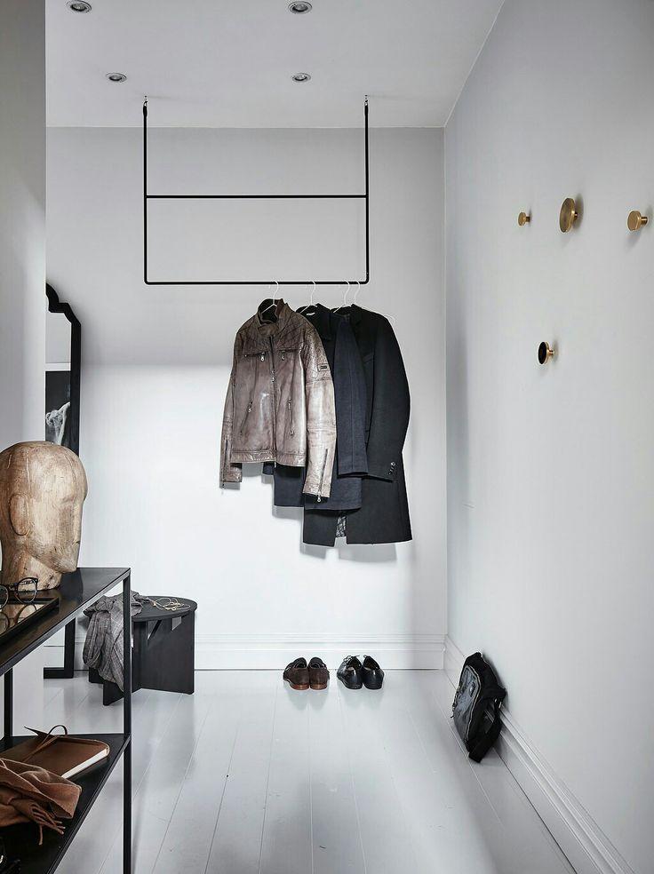 Вариант вешалки для одежды в прихожей