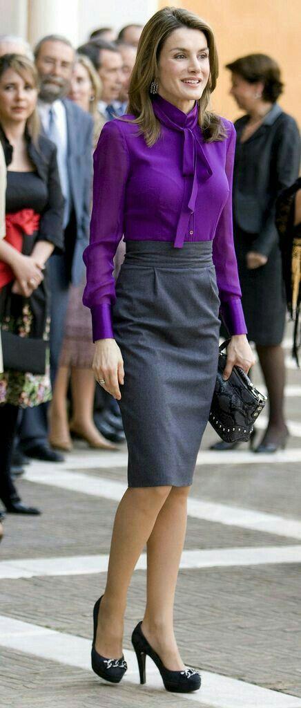Falda de lápiz gris oscuro y blusa de manga larga morada con moño