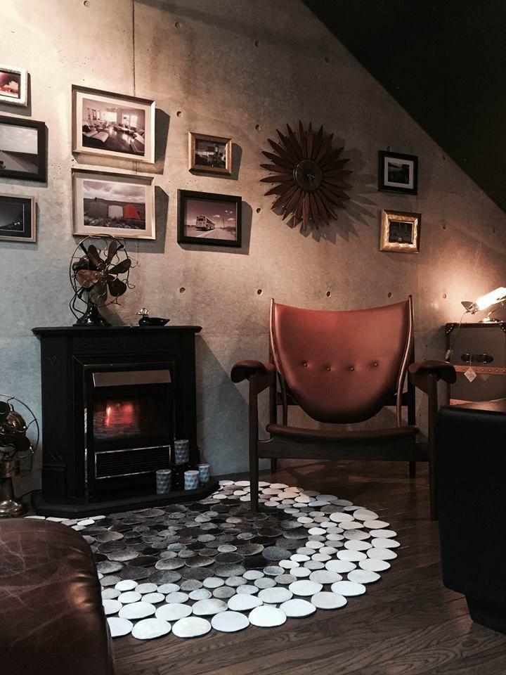 暖炉の前でくつろぐ為にデザインされたと言われている逸品な椅子。1949年にフィン ユールによりデザインされました。 一見石のように見える毛皮のラグとの相性もいい感じです。 これに座って暖炉の火を眺めると確実に癒されます。たぶん。  チーフティン チェア / Chieftan http://shop.garret88.com/?pid=46654837 GELLATO RUG / ジェラート ラグマット http://shop.garret88.com/?pid=83327800 ギャレット インテリア 中目黒ショールーム内 http://garret88.com/