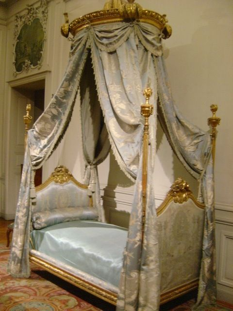 149 best half tester beds images on pinterest antique furniture victorian and 3 4 beds for Lit baldaquin luxe