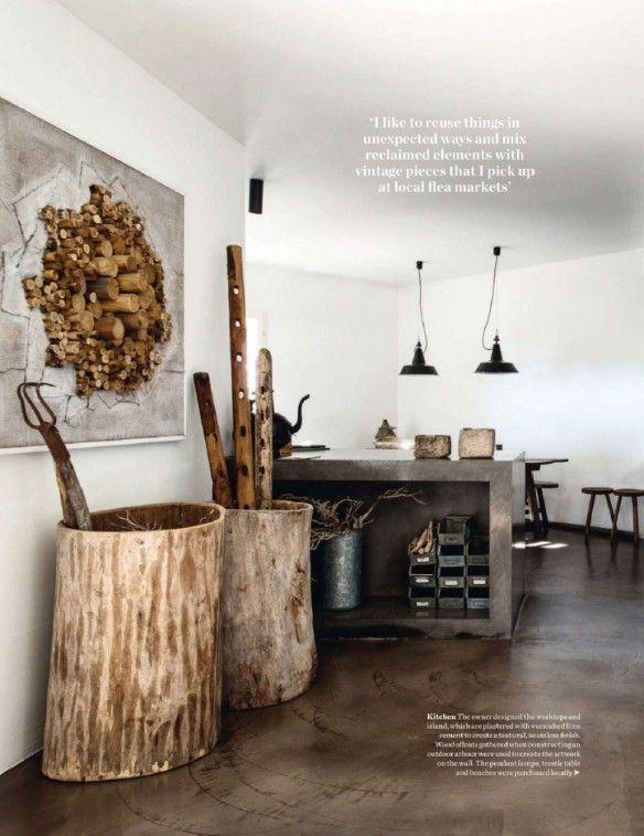 Une maison de vacances en Italie en sol en ciment mat, bois brut et métal