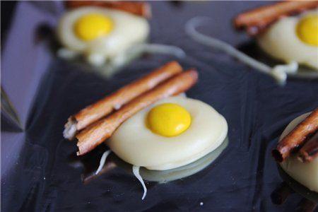 Конфеты «Яйца и бекон» Ингредиенты: Белый шоколад – 110 г Желтые M&M's - 24 шт Соленые палочки (разломанные напополам) берем вкусности: смортим на них и для начала просто пускаем слюни)) растапливаем белый шокола. я взяла воздушный,но лучше обычный белый. ну и дальше все просто и в тоже время оригинально)кладем на протьвень пергаментную бумагу, выливаем по ложечки растопле…