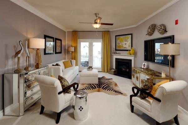 Желтые шторы под бежевые обои в гостиной