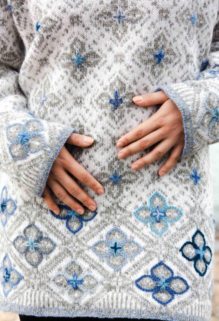 Oversized og klassisk kosegenser med WOW-effekt! Det forseggjorte grå og naturfargede mønsteret overstrøs til slutt med broderier i ulike blåtoner som gjør susen. Foto: Gitte Paulsbo