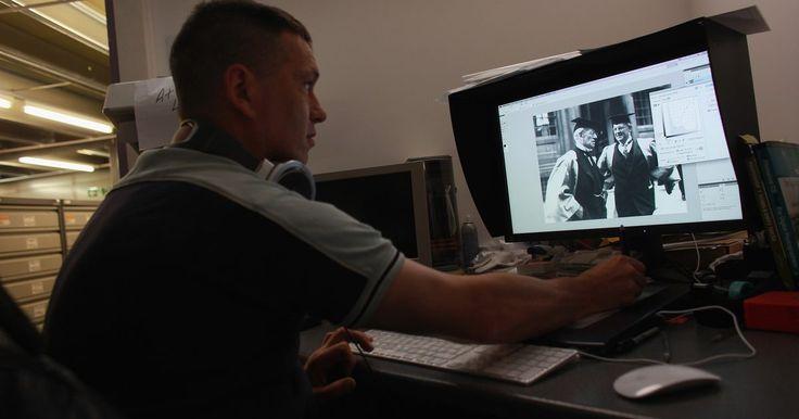 Cómo cambiar el escenario de fondo de tus fotos. Los programas de diseño gráfico como Photoshop, Paint Shop Pro o GIMP, te permiten editar tus fotos digitales utilizando tu computadora. Puedes quitar el escenario de fondo en una foto digital y sustituirlo por una imagen diferente. Usando los efectos de capas, puedes colocar una foto encima de otra y fusionar las fotos juntas para crear un nuevo ...