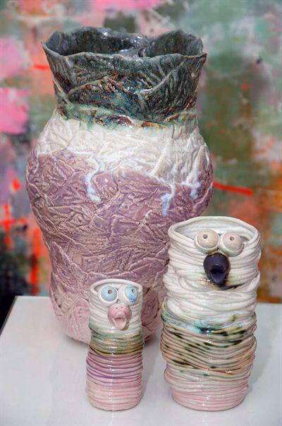 Flot stor keramikvase i blide farver - rosa, grøn og hvid.  (De små filurvaser følger ikke med...) Af Christina Weldingh