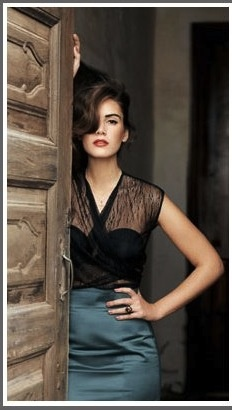 poseBlack Lace, Colors Combos, Fashion, Lace Tops, Skirts, Style, Outfit, Red Lips, Hair Makeup