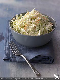 Amerikanischer Krautsalat - Coleslaw  Zutaten  1 kl. KopfWeißkohl 1 m.-großeMöhre(n) 1 m.-großeZwiebel(n)  n. B.Zucker 1 TLSalz 2 TL, gestr.Pfeffer 1 TasseMilch 1/2 TasseButtermilch  etwasSahne 1 ELEssig (Weißweinessig) 2 ELZitronensaft