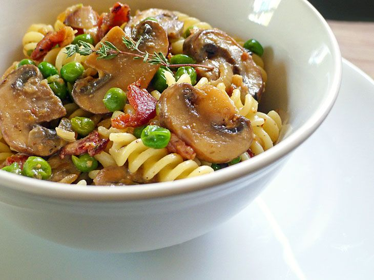 yum: Red Peppers, Bacon Mushrooms, Veggies Bacon, Grilled Chicken, Cooking Weekend, Smoke Bacon, Fusilli, Peas, Yellow Onions