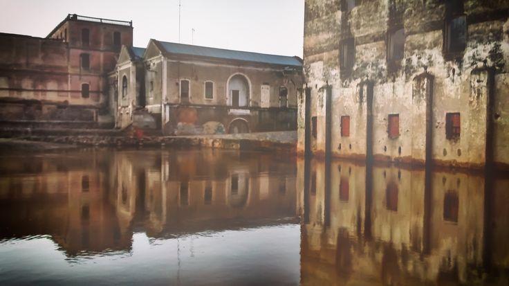 Central hidroeléctrica y Molino en Badajoz. Foto tomada con un Moto G a 3.8 Mp y editada con Photoshop CC con filtro HDR y doble exposición.