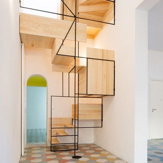 Au cœur de la rénovation d'une maison de pêcheur à Cefalù en Sicile, l'architecte milanais Francesco Librizzi a réalisé un escalier aérien qui invite à se rendre sur le toit-terrasse de la propriété.
