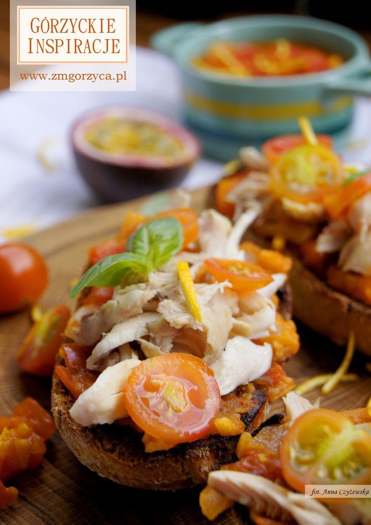 Chrupiące grzanki z wytrawnym dżemem z letnich pomidorów i duszonym w maśle z ziołami kurczak – pysznie! http://www.zmgorzyca.pl/gorzyckie-inspiracje/lunch/468-duszony-kurczak