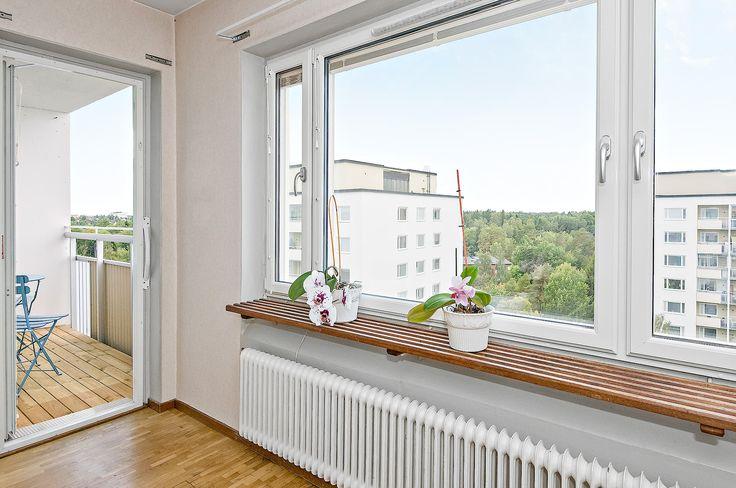 Vardagsrum med utgång till balkong