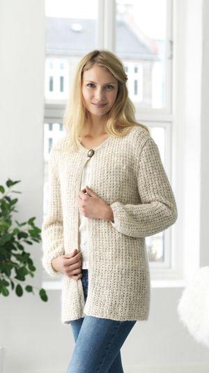 Behagelig og lun strikket jakke, i et nemt perlerib-mønster i en blanding af bl.a. bomuld, hør og mohair.