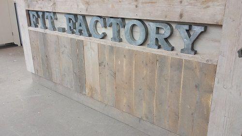 Steigerhouten balie, foto op locatie bij klant . Logo in zinken letters 18 cm hoog