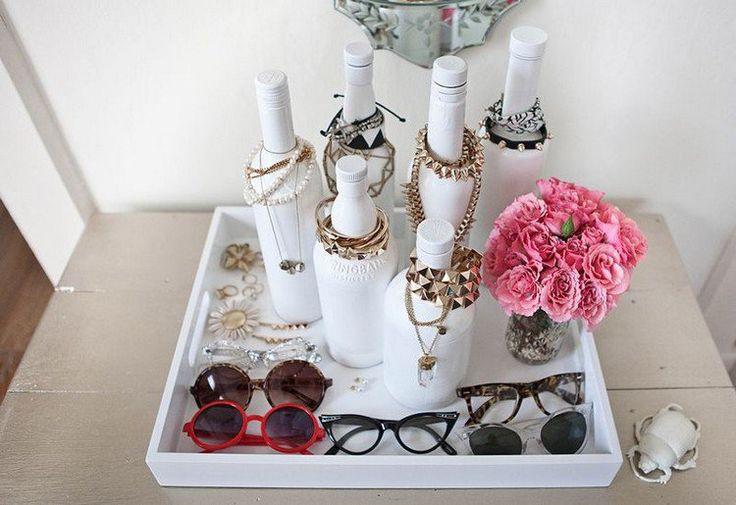 déco chambre ado fille esthétique et pratique - porte-bijoux à partir de bouteilles à vin peintes blanches