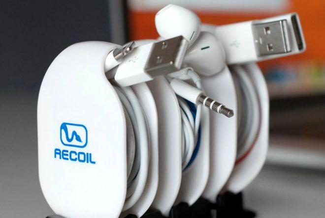 Органайзер для проводов Recoil Winder - http://things.lifehacker.ru/2013/12/04/recoil-winder/