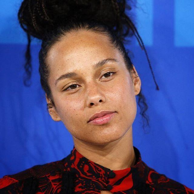 Dicen que Beyoncé fue la reina de la noche pero Alicia Keys no se quedó a trás. Lo suyo no fue un intento de efecto 'cara lavada'. Realmente fue sin una gota de maquillaje a los MTV Video Music Awards #vmas