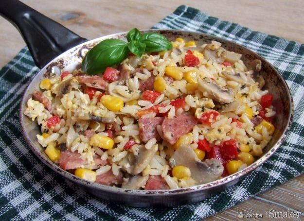 Ryż smażony z jajkiem, kiełbasą i warzywami