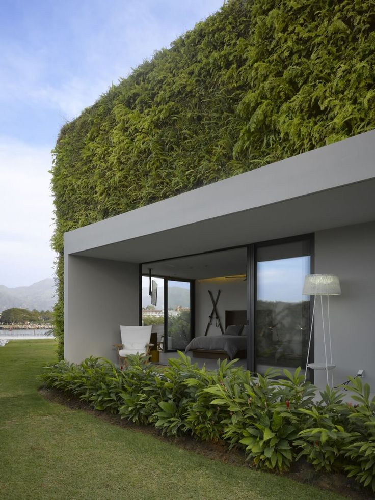 Green Walls Embellish Dramatic Luxury Home Overlooking the Pacific - http://freshome.com/green-walls-embellish-dramatic-luxury-home-overlooking-the-pacific