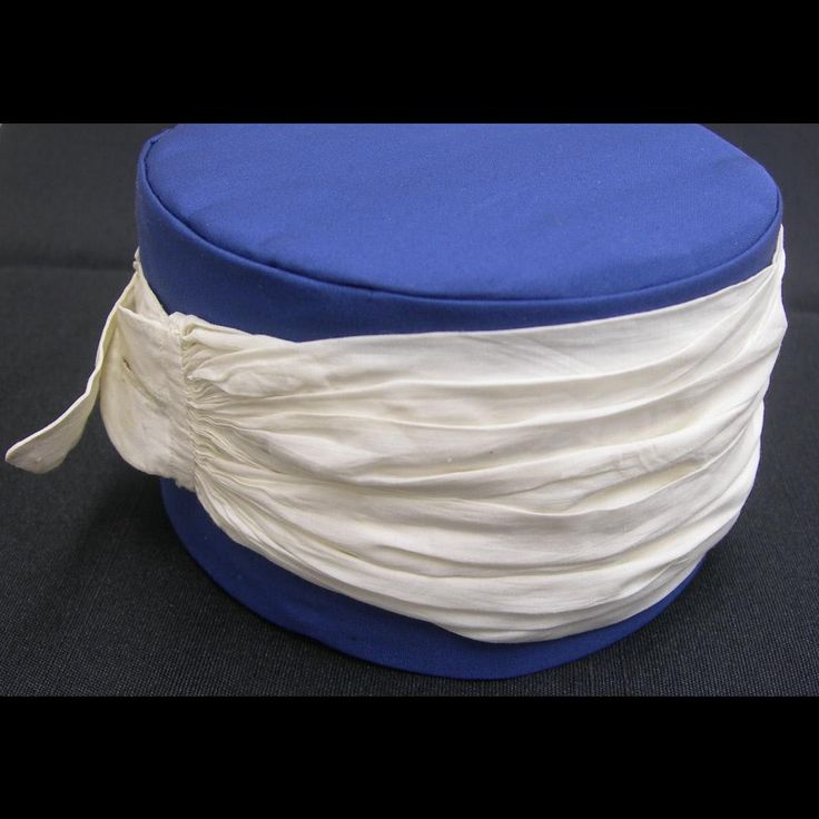 1810-40 White linen neck stock consisting of fabric gathered at each end to linen tabs with fine cartridge pleating. One tab has a single buttonhole for receiving a removable stock buckle with a T-shaped chape. http://emuseum.history.org/