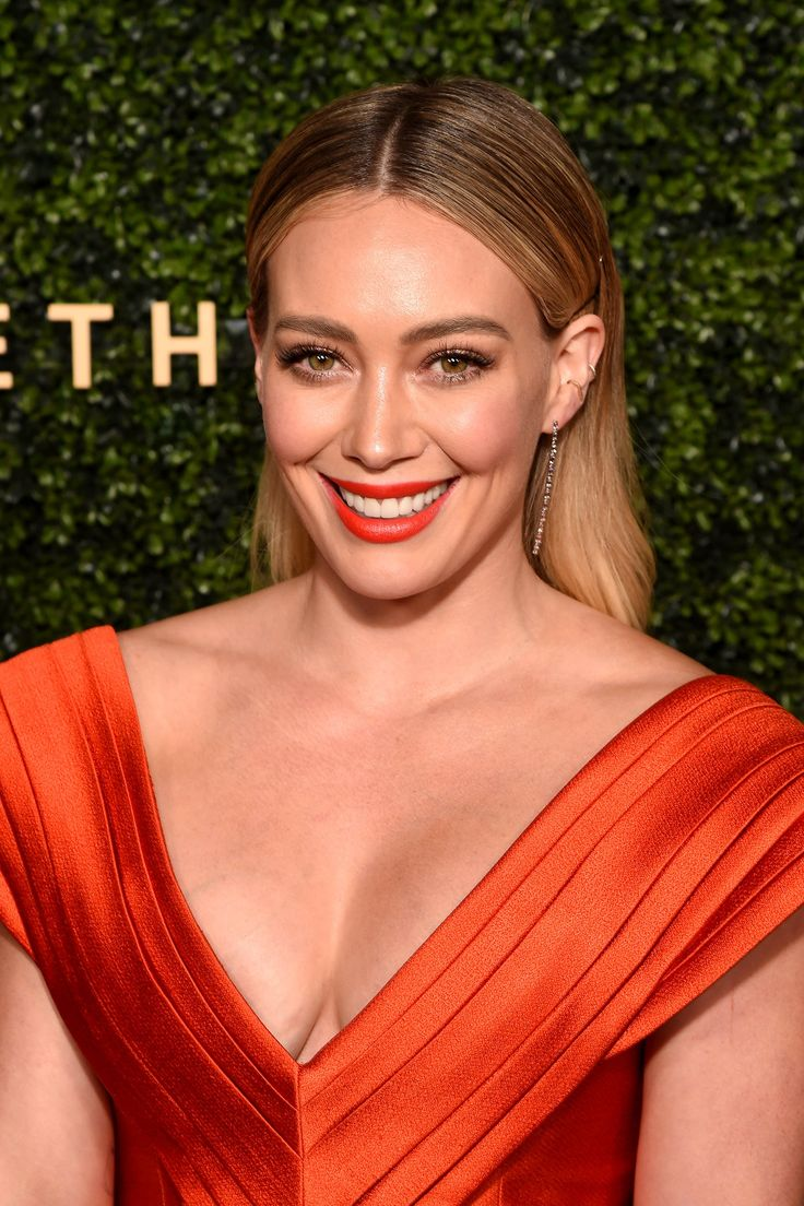 La actriz nos invita a recorrer su hermoso hogar y descubrir a sus peculiares mascotas. ¿Nos acompañas? Different Color Blondes, Hilary Duff Makeup, Tinted Brow Gel, How To Draw Eyebrows, Brow Pomade, Beauty Book, Blonde Color, Makeup Routine, The Duff