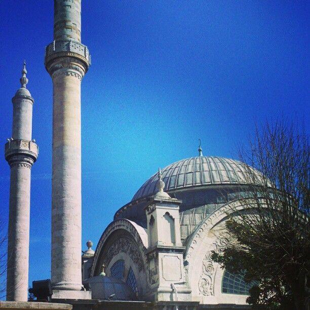 #Cihangir Camii in #İstanbul Terrazza con vista unica sul #Bosforo! La moschea si trova in un quartiere ricco di localini colorati, che invitano a sedersi sui tavolini all'esterno e godersi il via vai dei passanti affaccendati.  Questo articolo la descrive bene: http://www.nuok.it/stambul/stambul-la-piccola-moschea-rotonda-e-segreta/