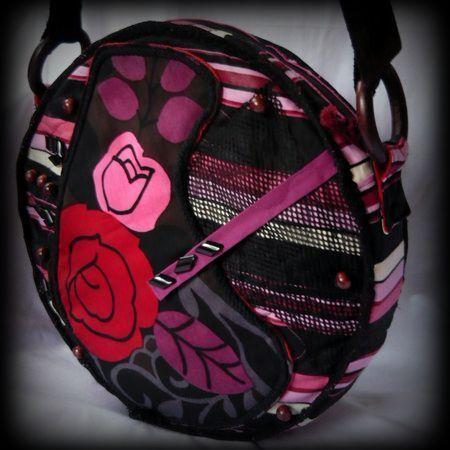 Bohém körtáska-handmade by Judy Majoros:A táska merevítve van, ezért üresen is megtartja formáját. Külső anyaga erős vízlepergetős vászon. Eleje, és hátulja különböző képen díszített. Vízhatlan szivacsos anyagot steppeltem bele. Elején a rózsás díszítés alatt egy tépőzárral záródó zseb található. Pántja négyzet alakú bőr csatot kapott, valamint fa karikákkal lett a táskára rögzítve,és állítható, így akár keresztben, vagy vállon is hordható.Belseje bélelt, 3 zsebbel,