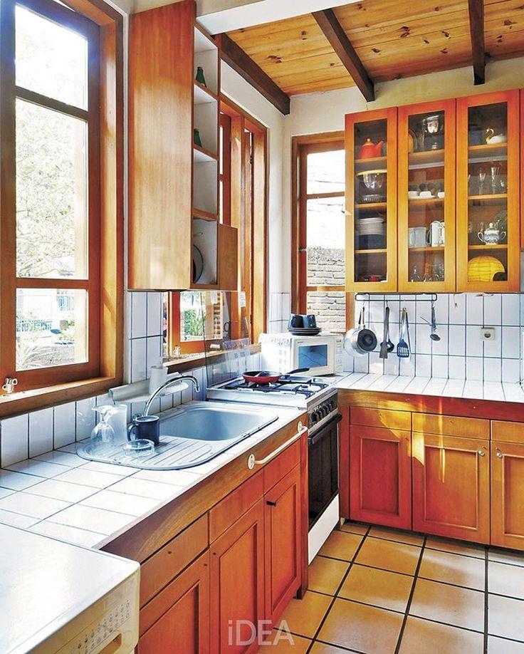 Selamat pagi dari dapur yang berlimpah cahaya alami matahari... Di sini, jendela-jendela besar tetap ada. Justru bentuk kabinet yang menyesuaikan sisa dinding yang ada. Dapur jadi hangat dan sehat! Masak juga nggak bosen karena bisa lihat pemandangan di luar. Bagaimana menurutmu ada jendela besar di dapur? Suka? . #dapur #kitchen #desaindapur #kitchendesign #kitchenideas #kitcheninspiration #naturalhome #roomideas #roominspiration