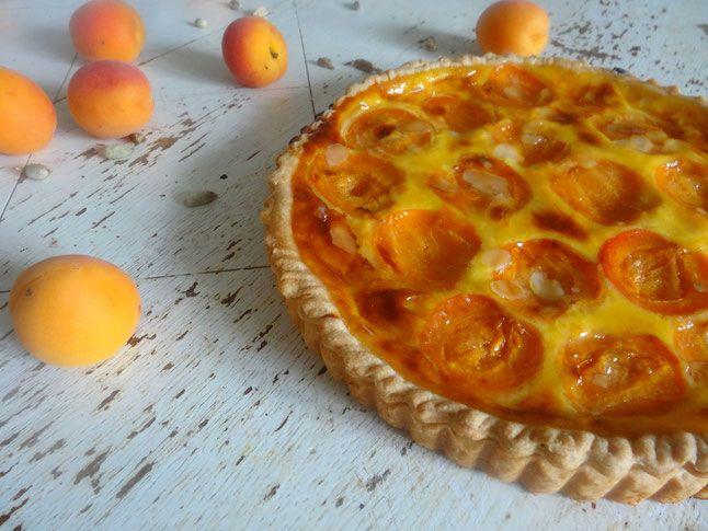 Une nouvelle version de la tarte normande: cette fois aux abricots pochés au caramel qui vont rendre votre tarte vraiment spéciale.